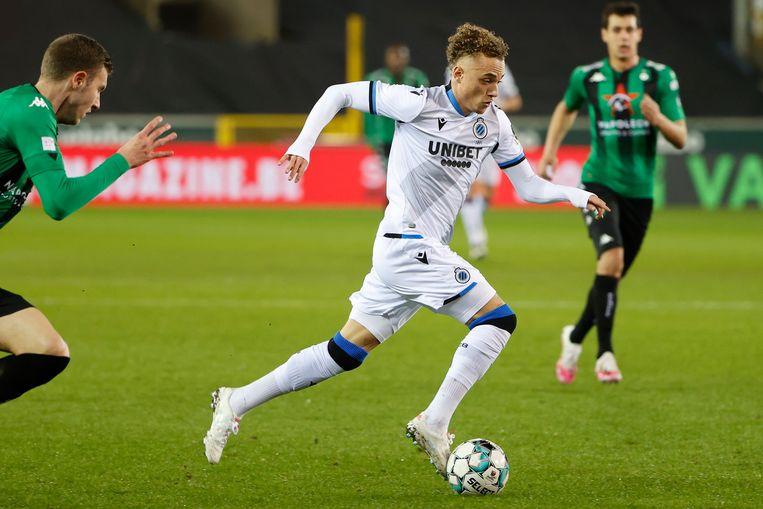 Club Brugge-speler Noa Lang dribbelt door de defensie van Cercle. Beeld Photo News