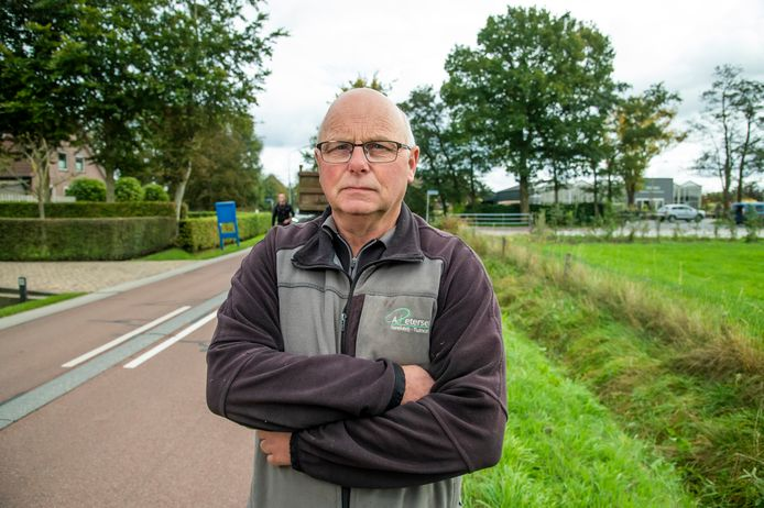 Aart Petersen is een van de ondernemers die worden getroffen door de maandenlange afsluiting van de Hoornsdam bij de A28. Zijn kwekerij aan de Stenenkamerseweg is straks alleen bereikbaar vanuit het dorp.
