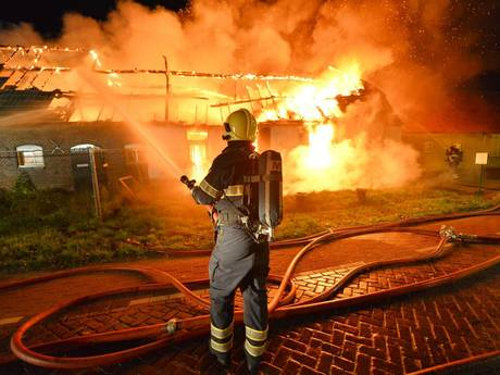 Sein brandmeester bij grote uitslaande brand in boerderij in Borkel en Schaft; geen gewonden en geen asbest; verkeer moet omrijden