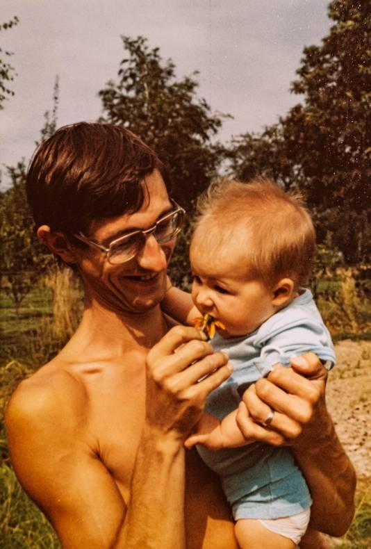 An et son père dans leur jardin en 1978.