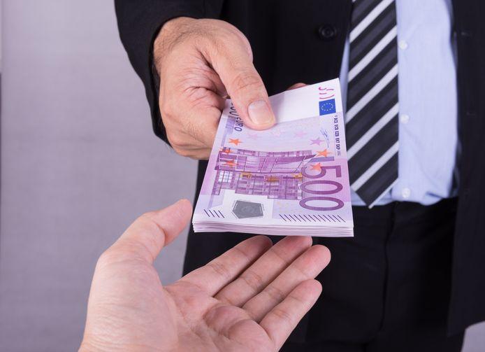 stockadr geld lening schuld Bank officer give euro banknotes money. finance concept.
