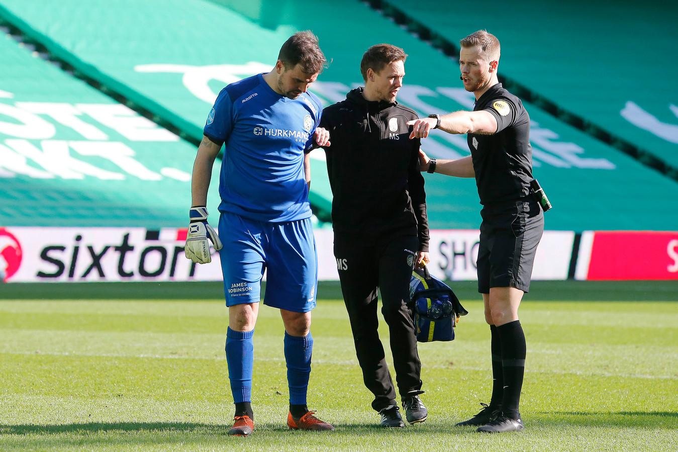 Piet Velthuizen moest al snel geblesseerd naar de kant.