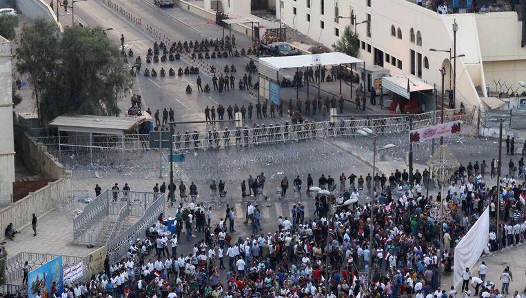 op deze foto sluiten veiligheidstroepen een brug die leidt tot de zwaar bewaakte Green Zone af tijdens een demonstratie tegen corruptie. Beeld ap