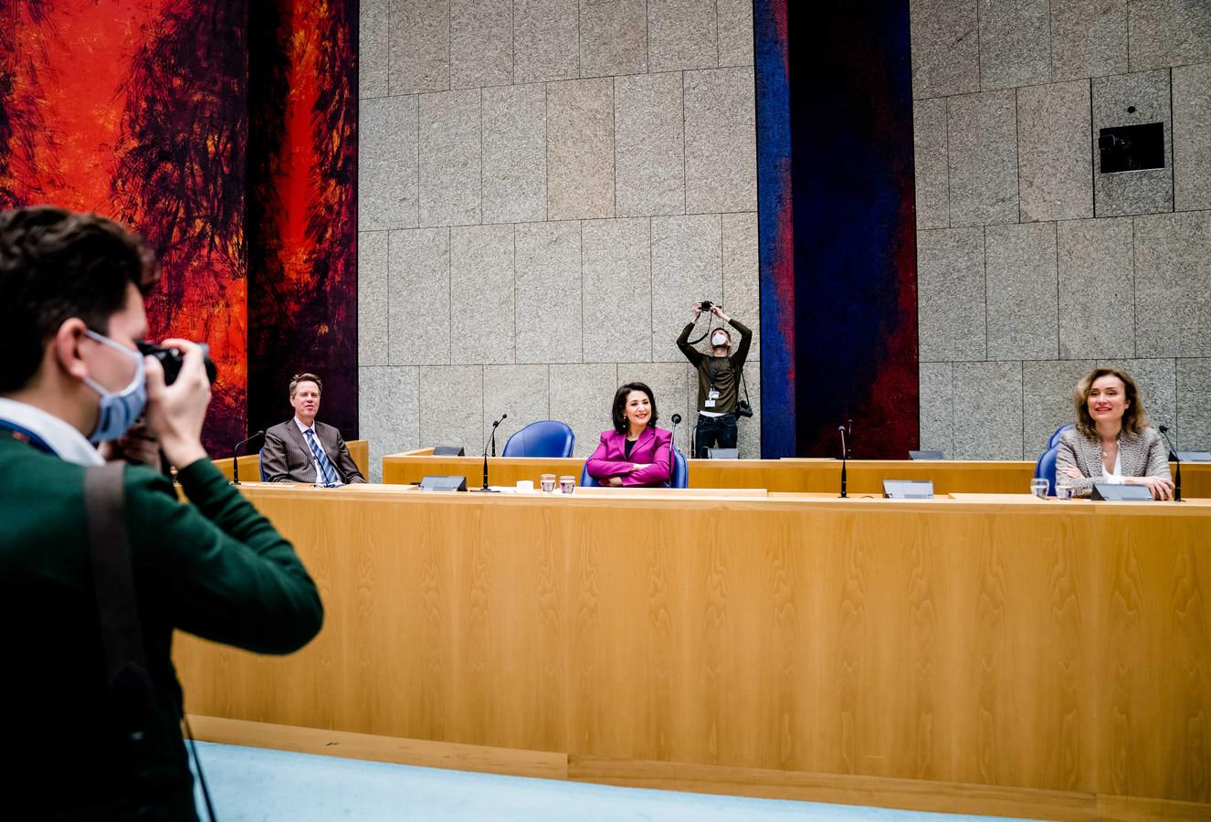 De drie kandidaat-Kamervoorzitters Martin Bosma (PVV), Khadija Arib (PvdA) en Vera Bergkamp (D66) voorafgaand aan het debat.