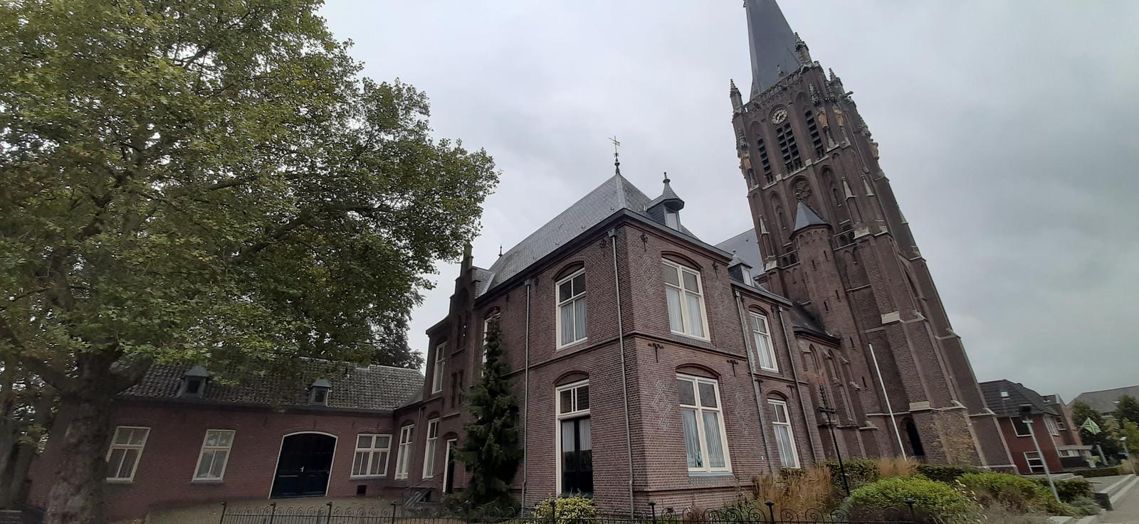 De pastorie en het koetshuis, naast de indrukwekkende Zieuwentse Sint Werenfriduskerk.