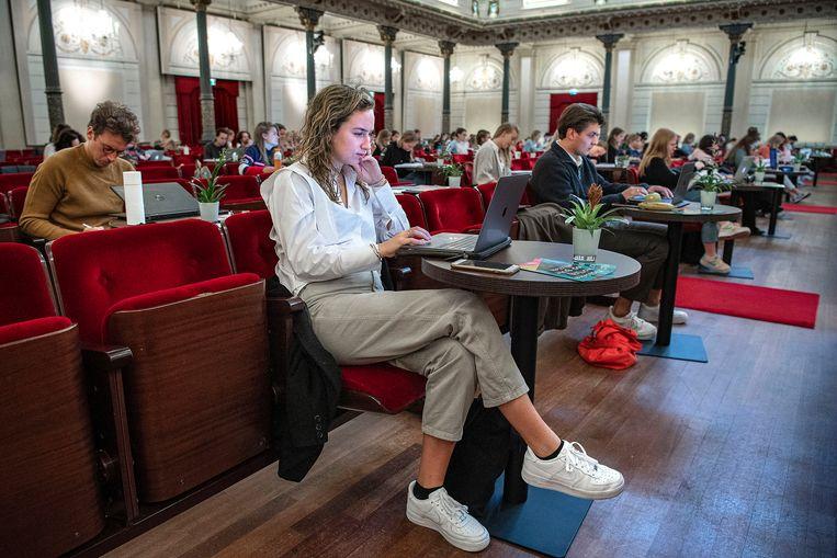 Studenten luisteren naar klassieke muziek tijdens het studeren in het Concertgebouw. Beeld Guus Dubbelman / de Volkskrant
