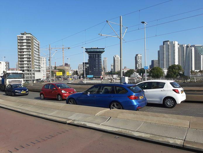 Sommige auto's hebben kunnen keren op de brug. De meeste bestuurders lukte dat niet.