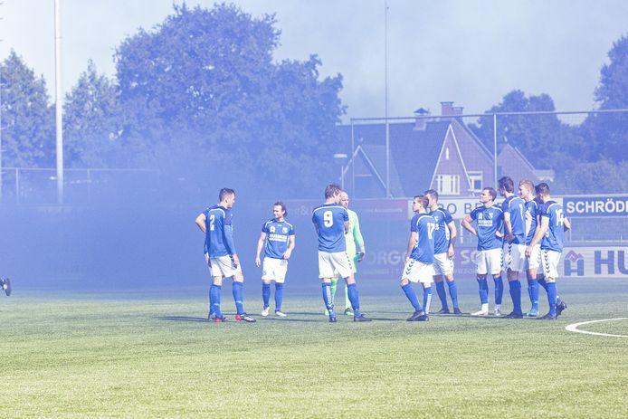 Wel vuurwerk, nauwelijks publiek bij de derby TVC'28 - Stevo in september.