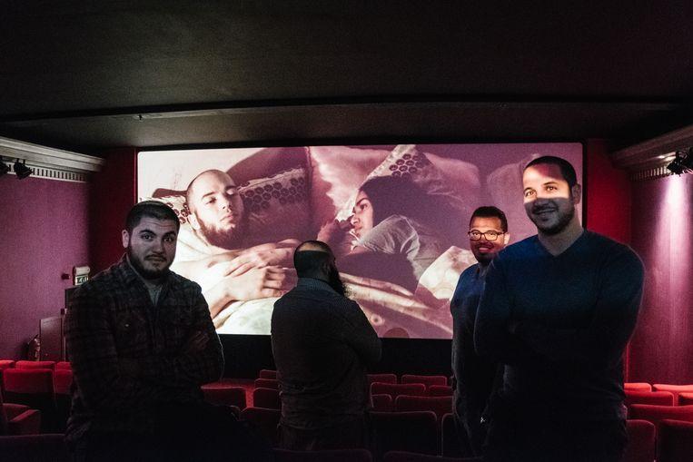 V.l.n.r. Faisal, Driss, en Moad en Yassine El Boudaati in de cinema. Ze vinden dat de film Layla M. een realistische weergave is van wat ze zelf hebben meegemaakt of van dichtbij hebben gezien. Beeld Wouter Van Vooren