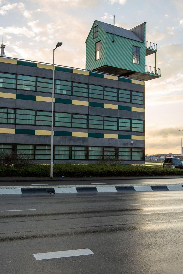 Pioniershuisje, Rotterdam Heijplaat (1999), van John Körmeling, bovenop het douanekantoor. Beeld Edith Gerritsma
