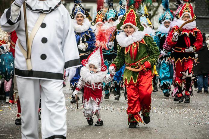 Archiefbeeld van carnaval Sint-Truiden in 2020, een maand voor de eerste lockdown. Uit veiligheidsredenen gaat dit jaar carnaval online door.