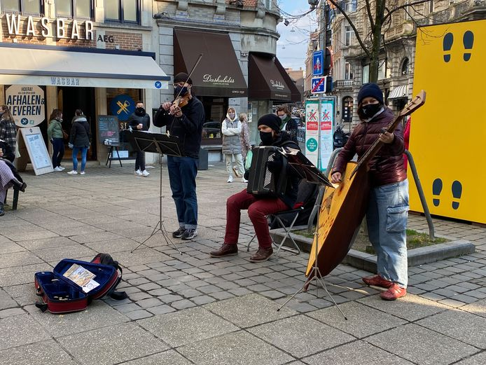 Er klinkt eindelijk weer muziek op straat: dit trio speelde Vivaldi aan de Mageleinstraat