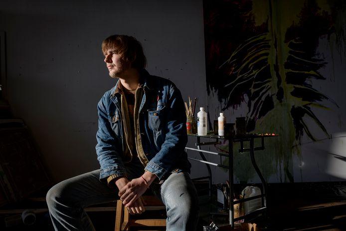 """Kunstenaar Thijs Segers kreeg een beurs en mag een jaar lang het atelier in het vroegere Heim aan de Bornsestraat gebruiken. """"Dit is het steuntje in de rug dat elke beginnende kunstenaar nodig heeft."""""""