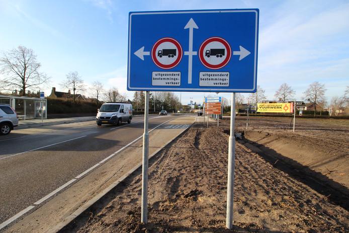 Trucks mogen nu ook Sprundel (linksaf) niet zo maar meer in. Voor de kern van St. Willebrord gold dat al eerder.