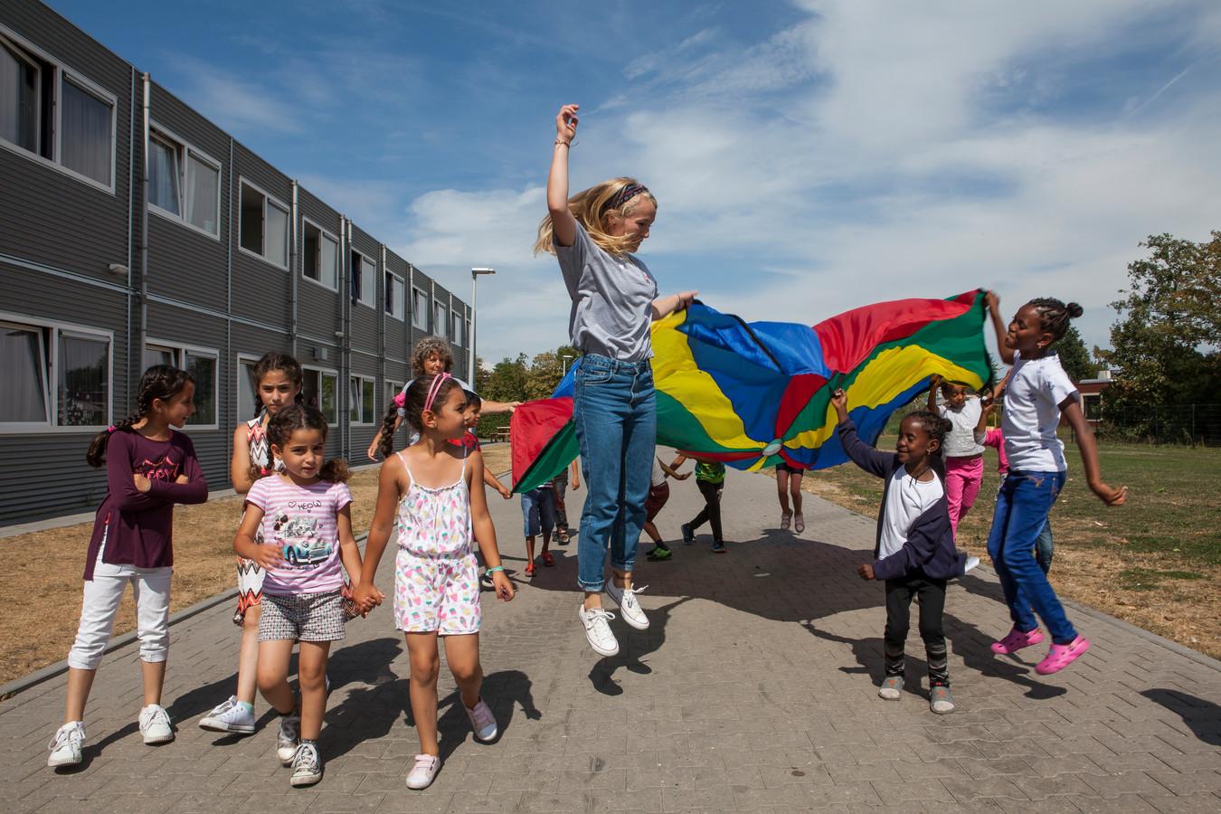 Kinderen spelen met een vlag tijdens een TeamUp-middag.