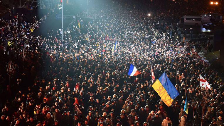 Duizenden mensen herdenken de revolutie uit 2014 op het Maidanplein (foto 20 februari 2015). Beeld anp