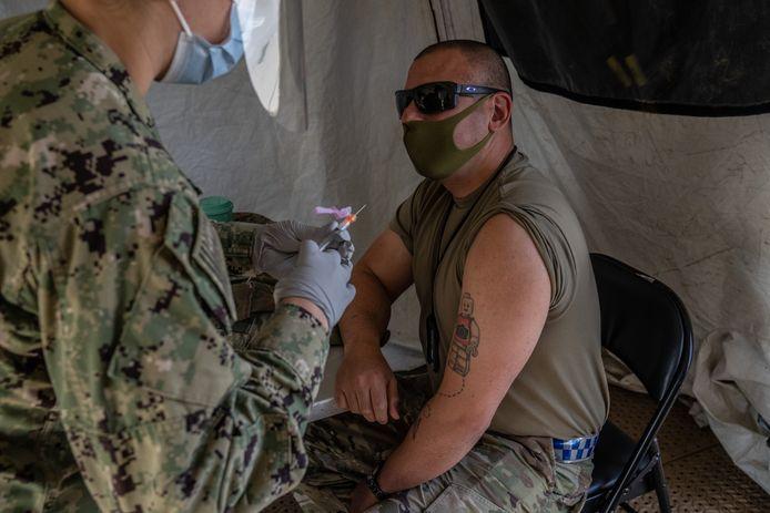 De vaccinatie van Amerikaanse militairen overzee is in volle gang zoals hier op de basis Camp Foster in Ginowan in Japan.