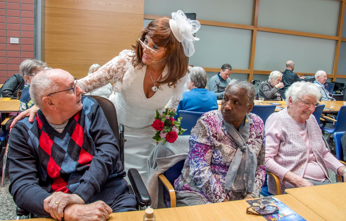 Tonproater Christel van den Dungen als bruid âĘLies Teelorâę amuseerde zoâęn 200 ouderen in de hal van Interpolis. Tilburger Jack van Boxtel (72) schrok zich het apezuur toen hij door Lies Teelor ten huwelijk werd gevraagd tot grote hilariteit van de oudjes.