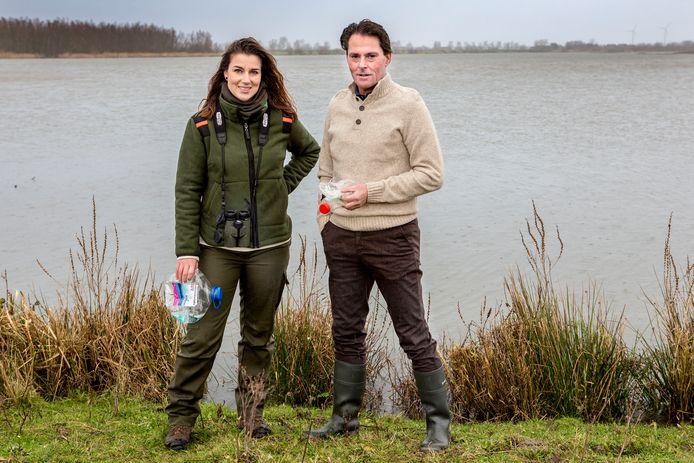 Vera Willemsen en wethouder Paul Boogaard willen dat de natuur mooi blijft.