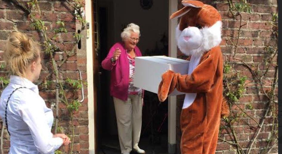 Zo'n 350 ouderen in Den Bosch kregen een paasmaaltijd aangeboden door de stichting Met je Hart.