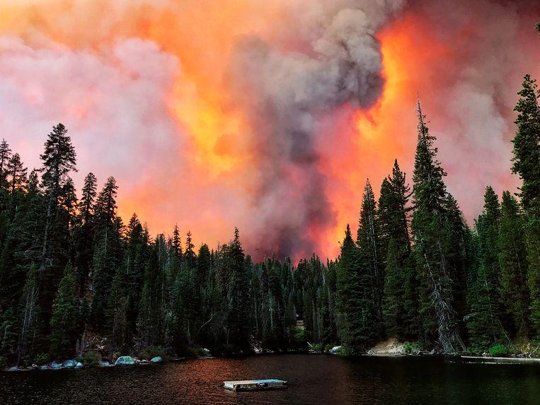Het Creek Fire gezien vanaf Huntington Lake in Californië. Beeld AP