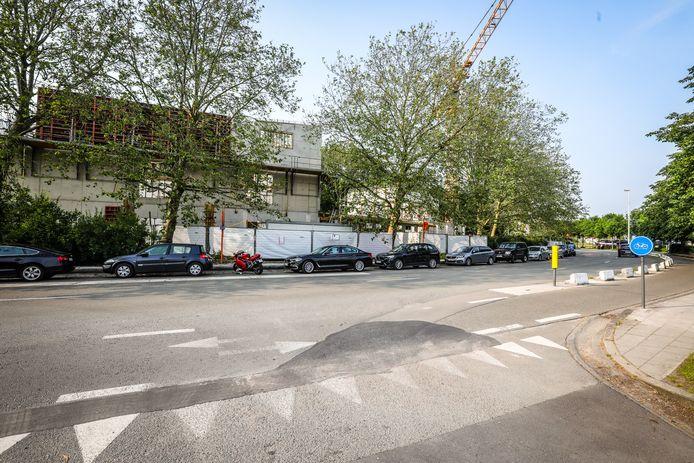 De bouwwerf langs de straatzijde.