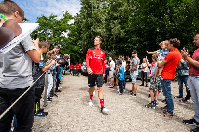 Luuk de Jong betreedt het veld bij de eerste training van PSV.