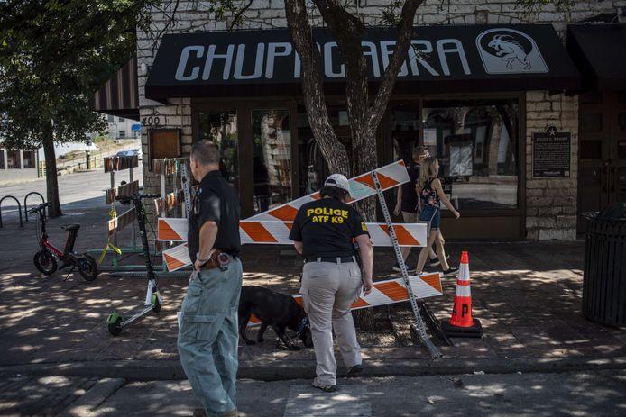 Een speurhond wordt ingezet bij het onderzoek van politie naar de schietpartij in het centrum van Austin Texas. (12/06/2021)