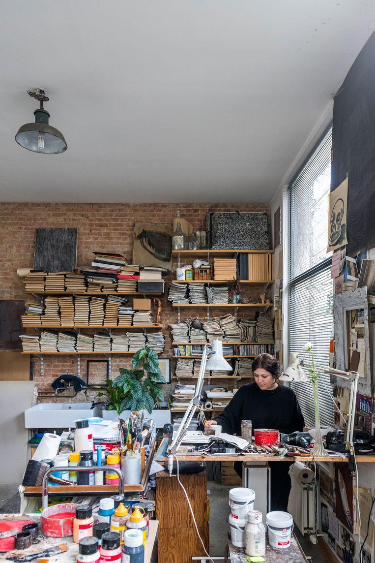 Toen Arpaïs het hoekpand twintig jaar geleden kocht, was het atelier op het gelijkvloers het eerste dat ze in orde bracht.'Het wordt stilaan te klein, maar nee, het naar elders verhuizen is geen optie. Dat moet in huis zijn.' Beeld Luc Roymans