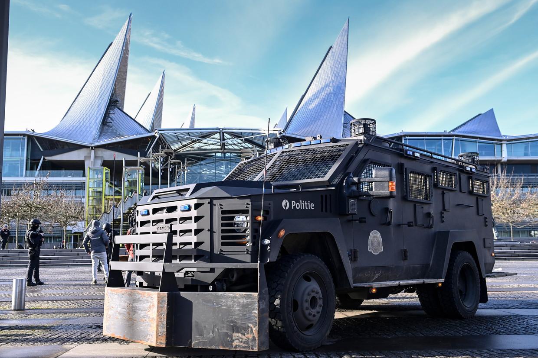 Een gepantserd politievoertuig voor het justitiepaleis in Antwerpen. Beeld BELGA