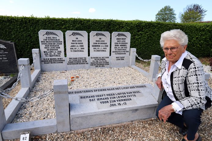 Tijnie van der Hoek is blij met de opgeknapte oorlogsgraven van vader en zoons Van der Zee en Dirk Hobbel op de begraafplaats aan de Wouddijk in Zwartewaal.