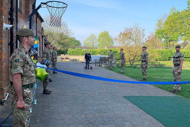 Moore kreeg zelfs een saluut van Britse militairen tijdens de laatste rondjes door zijn tuin. Beeld AFP