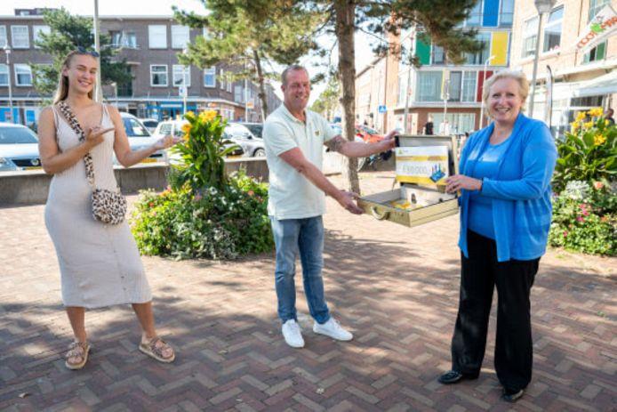Bewoners van Duindorp krijgen gouden koffer aangereikt met daarin 30.000 euro.