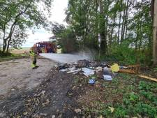 Berg grofvuil in brand op Nederveenweg in Sprang-Capelle
