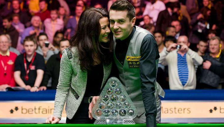 Selby viert de zege met zijn vrouw Vikki. Beeld AFP