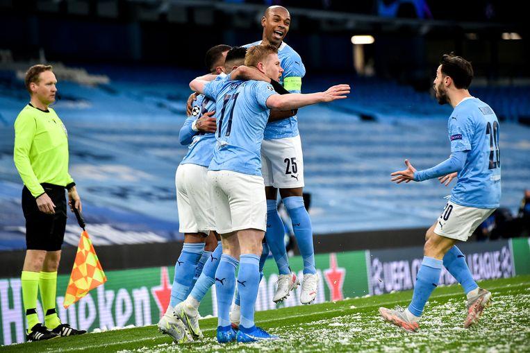 Fernandinho (met aanvoerdersband) van Manchester City viert met ploeggenoten de 1-0. Beeld EPA