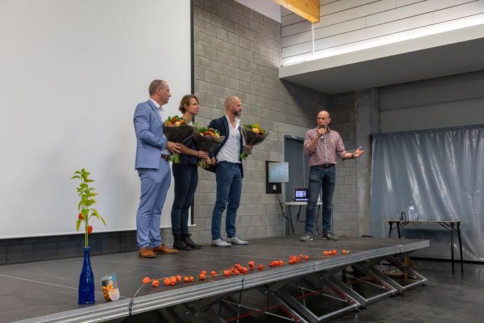 De broers Tom en Wim Vanden Berghe samen met zus Joke op het podium in de Zaal voor Sport en Spel.