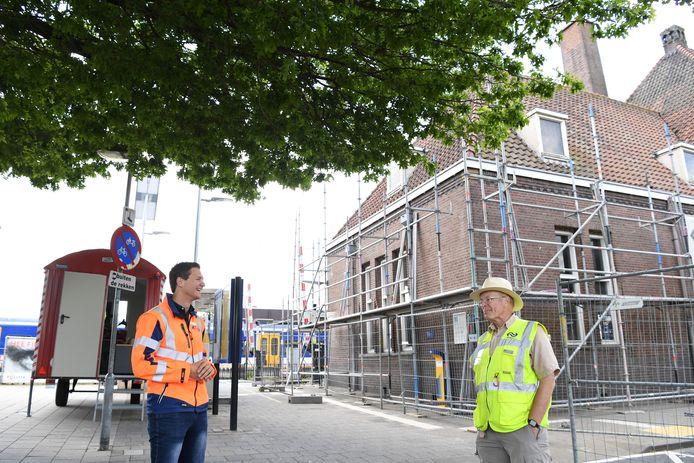 NS is begonnen met groot onderhoud aan het stationsgebouw van halte Gilze-Rijen. Stationsmanager Armando Marquard (l.) is in gesprek met vrijwilliger Han van der Hart. Tijdelijk is de wachtruimte gesloten.