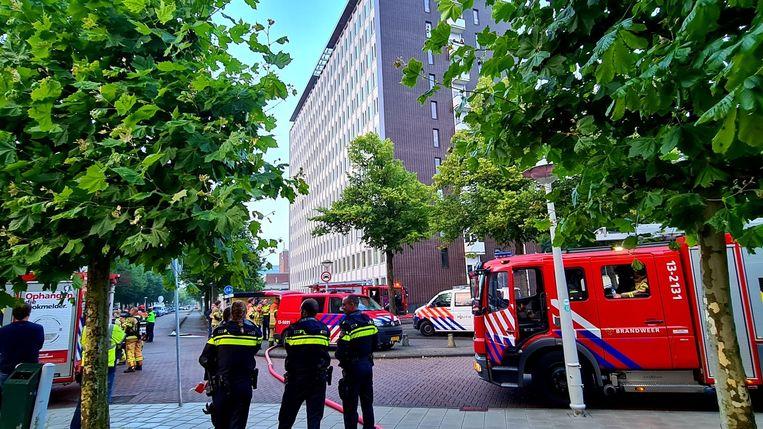 Vrijdagochtend is brand uitgebroken in een studentenflat aan de Krelis Louwenstraat. Mogelijk was de brand aangestoken en gericht op regenboogvlaggen.  Beeld