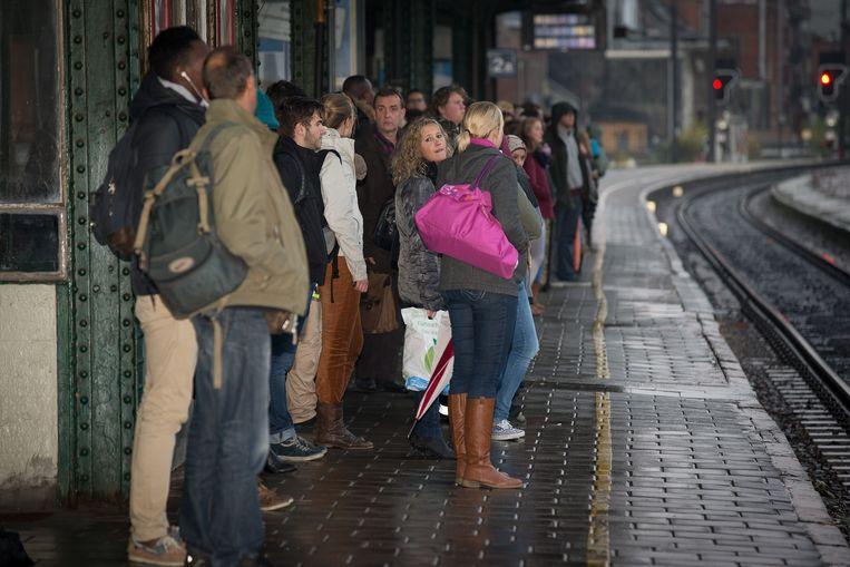 Treinreizigers in het station Gent-Sint-Pieters. Grote steden krijgen meer treinen. Beeld PHOTO NEWS