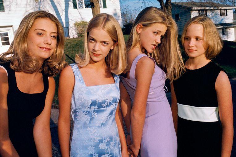 Van links: Alli, Annie, Hannah, en Berit, allen 13, allen lid van populaire meisjesclub, Edina, 1998. Beeld Lauren Greenfield/INSTITUTE