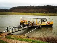 Het veer tussen Oosterbeek en Driel blijft varen ondanks het hoge water op de Rijn