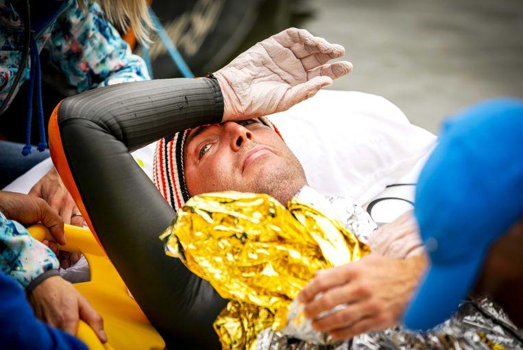 GEFINISHT - Na 55 uur zwemmen en 163 kilometer besluit de teamarts: 'Het is klaar.'  Beeld Foto Remko de Waal / ANP