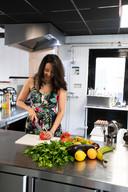 Suri Montoya is Cubaanse. Voor de liefde is ze naar Enschede verhuisd. Ze kookt nu authentiek Cubaans onder de noemer Cubalicious in een zogenaamde dark kitchen: je kunt er alleen afhalen of eten laten bezorgen.