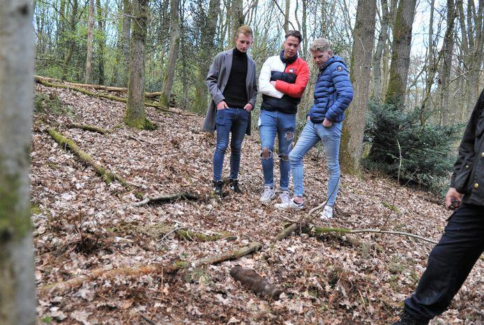 De voetbalvrienden bij de Engelse brisantgranaat in de bossen bij Heveadorp.