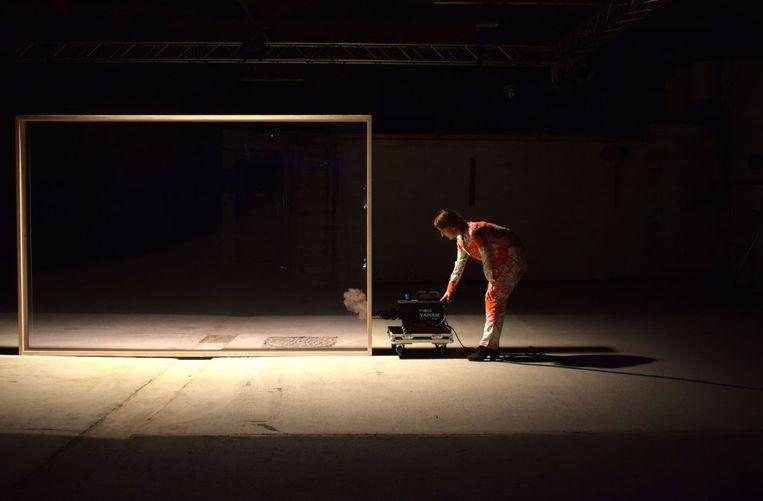 De karig ingerichte scène van de voorstelling Fik. een lichte verzameling. Beeld Jan Rymenants