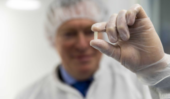 Minister Bruins opent lab dat dure medicijnen kan namaken