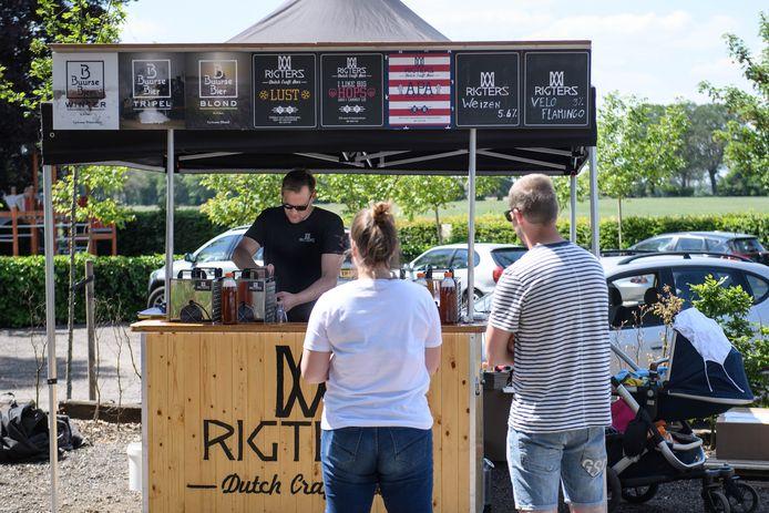 De Drive Thru van Rigtersbier, waar deelnemers bestelde bierpakketten op kunnen halen voor het online bierfestival, met vers tapbier op fles.