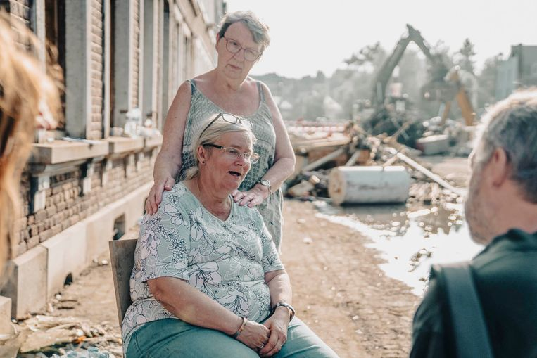 n de avondzon zit Christiane Mathonet Sluse op een stoel voor het huis waar ze al 58 jaar woont. Vier dagen lang zat ze opgesloten: 'De gedachte aan mijn overleden man hield me sterk.'    Beeld Stefaan Temmerman