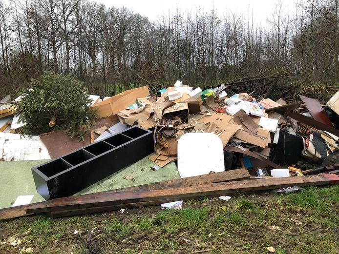 Aan de Deurningerbeek in het buitengebied van Deurningen werd afgelopen weekend een kleine container met afval leeggemaakt.